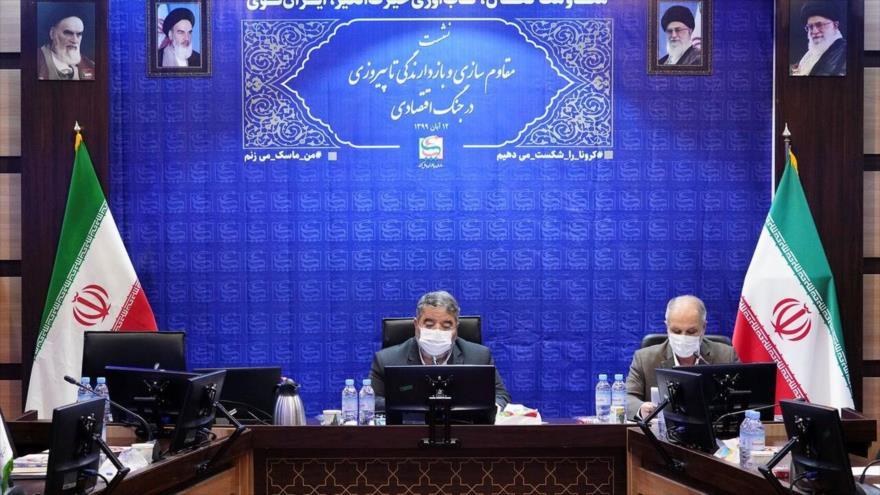 el jefe de la Organización de Defensa Pasiva de Irán, el general de brigada Qolamreza Yalali (c) en un acto en Teherán, 4 de noviembre de 2020.