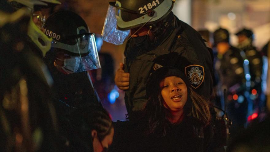 Vídeo: Policía de EEUU reprime y detiene a decenas de personas