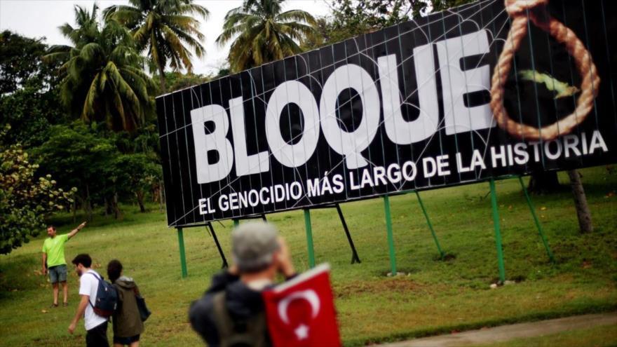 Un cartel contra el bloqueo impuesto por EE.UU. contra Cuba, instalado en una de las calles de La Habana, la capital cubana.