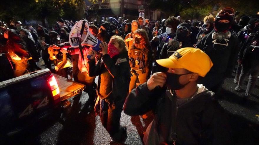 Marchan en la noche de las elecciones en Portland, EE.UU., 3 de noviembre de 2020. (Foto: AP)