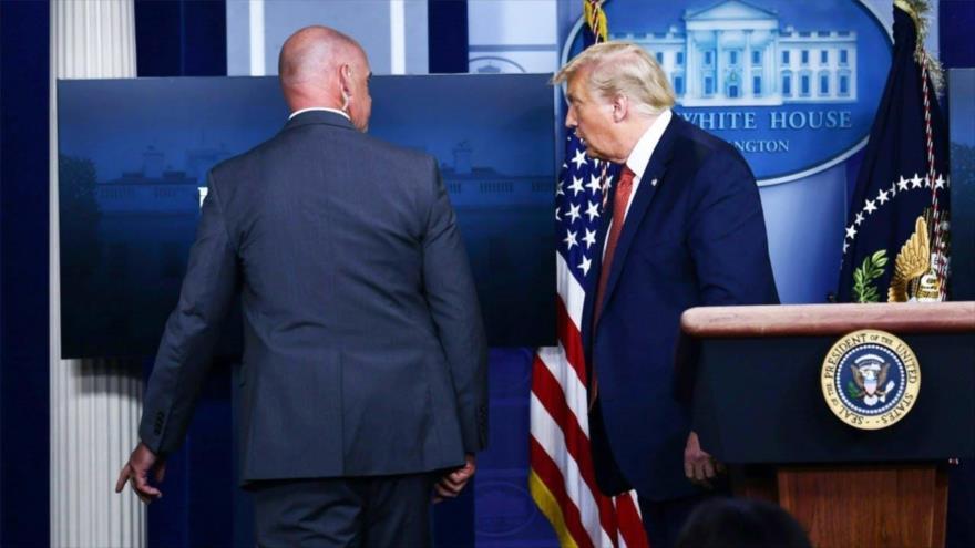 El presidente Donald Trump abandona una rueda de prensa en la Casa Blanca.