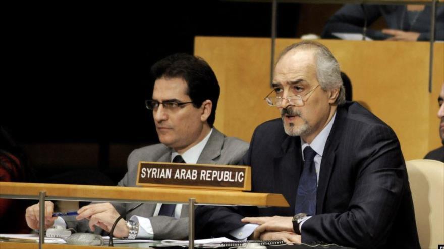 El representante permanente sirio ante la Organización de las Naciones Unidas (ONU), Bashar al-Yafari (dcha.).