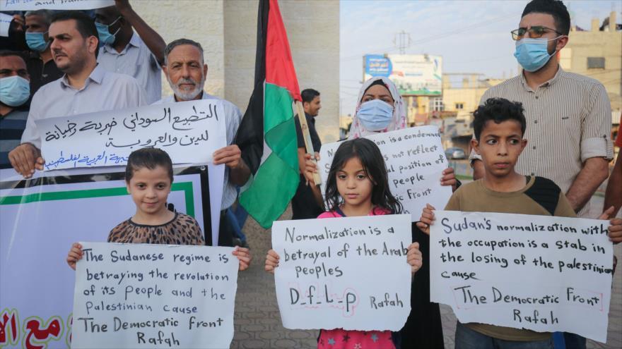 Palestinos se manifiestan contra la normalización de lazos Sudán-Israel en la Franja de Gaza, 24 de octubre de 2020. (Foto: AFP)