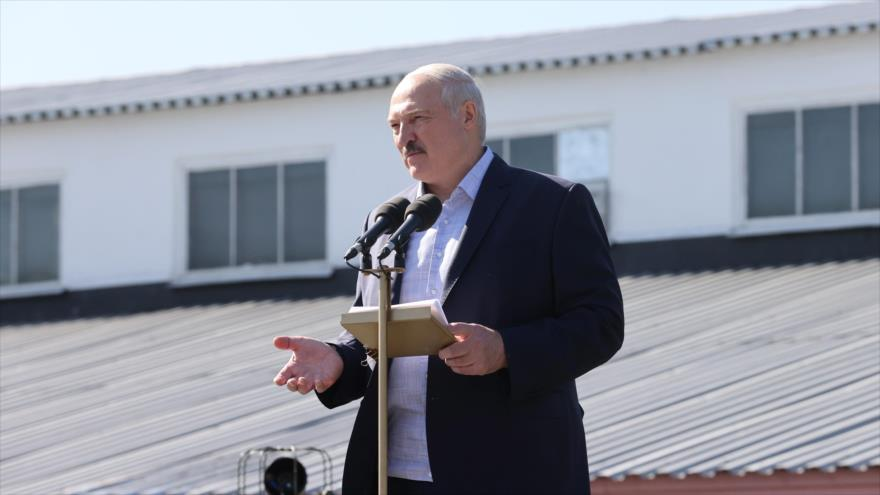 El presidente de Bielorrusia, Alexander Lukashenko, se dirige a los empleados de una planta en Minsk, 17 de agosto de 2020. (Foto: AFP)