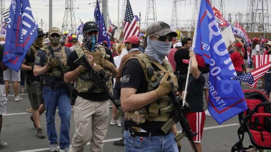Manifestantes armados frente a una oficina electoral en Phoenix, Arizona, 6 de noviembre del 2020. (Foto: AP)