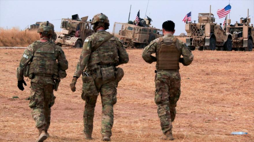 Un convoy militar estadounidense se detiene cerca de la ciudad de Tel Tamr, en el norte de Siria.