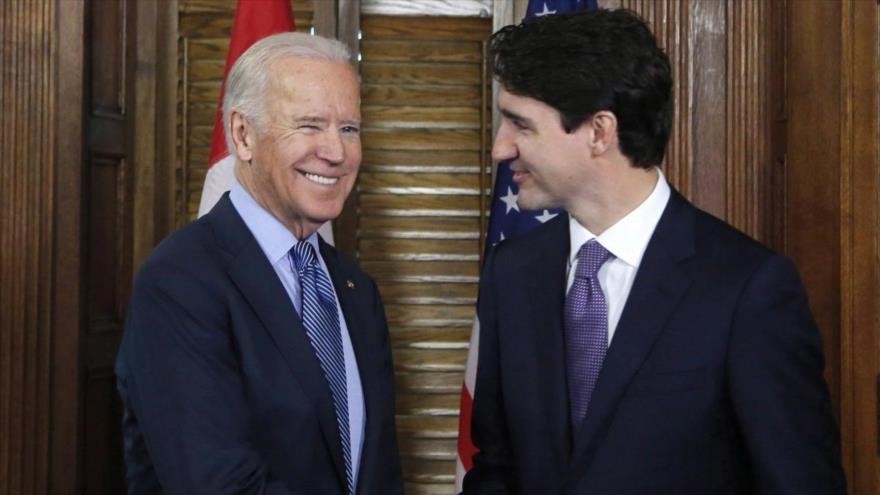 El primer ministro de Canadá, Justin Trudeau (drcha.), saluda al entonces vicepresidente de EE.UU., Joe Biden, Ottawa, 9 de diciembre de 2016.