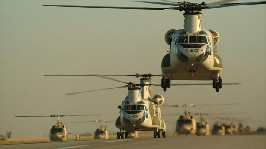 Helicópteros de la Unidad Aérea de la Fuerza Terrestre del Ejército de Irán en un desfile. (Foto: Aja.ir)