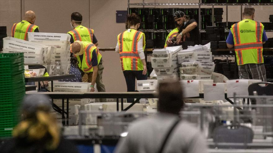 Trabajadores electorales se dedican al conteo de los votos tras las elecciones generales de 2020, Filadelfia (Pensilvania), 6 de noviembre de 2020. (Foto: AFP)