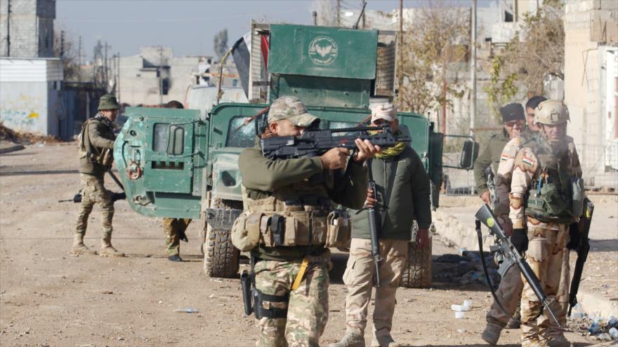Los soldados iraquíes se reúnen en la parte oriental de Mosul.