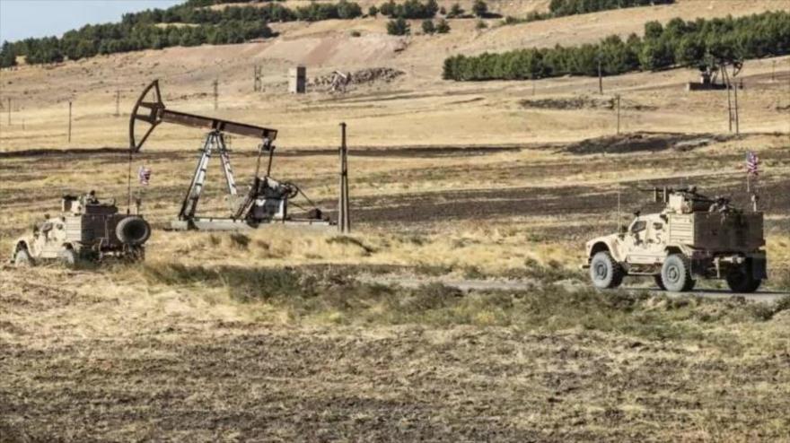 Vehículos militares estadounidenses cruzan una zona petrolífera en Al-Hasaka.