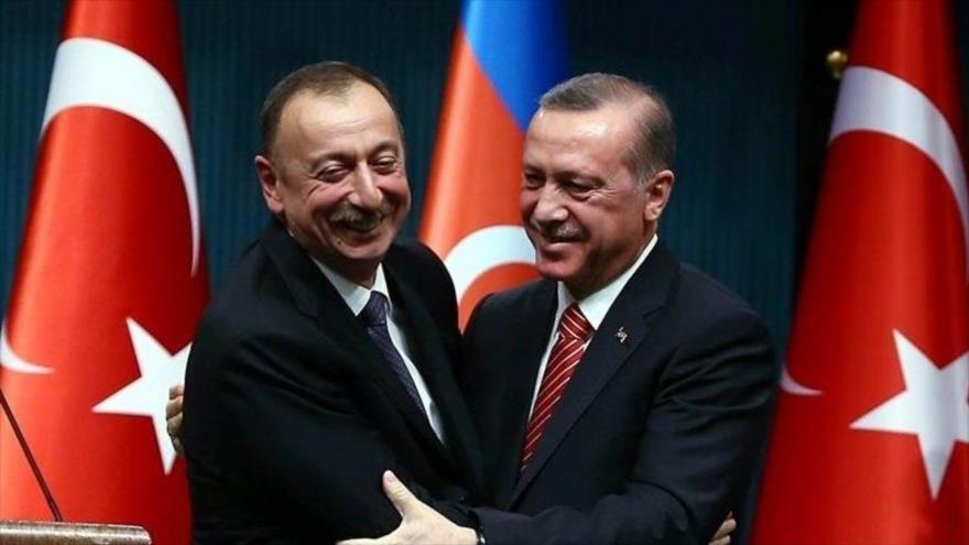 El presidente de Turquía, Recep Tayyip Erdogan (dcha.), se reúne con su homólogo azerbaiyano, Ilham Aliev.