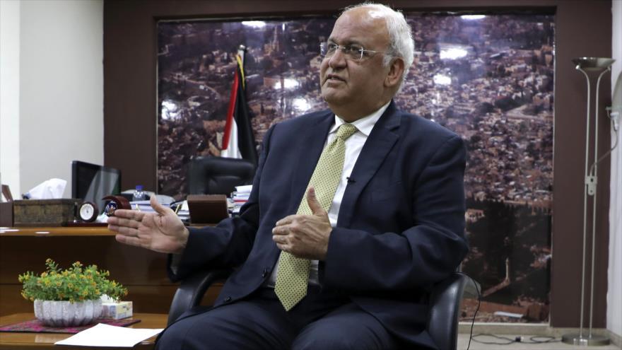 El jefe de la Organización para la Liberación de Palestina (OLP), Saeb Erekat, habla con la prensa en Ramalá, Cisjordania, 3 de marzo de 2020. (Foto: AFP)