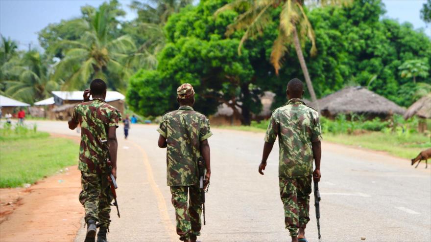 Soldados del Ejército de Mozambique patrullan las calles de Mocimboa da Praia, en la provincia de Cabo Delgado, 7 de marzo de 2018. (Foto: AFP)