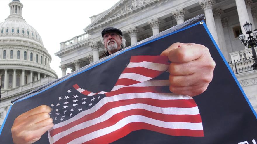 Un manifestante sostiene un cartel frente al Capitolio en Washington D.C., capital de EE.UU., 3 de febrero de 2020. (Foto: Xinhua)