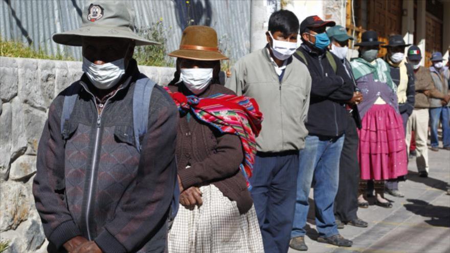 Peruanos hacen cola para recibir bonos de ayuda del Gobierno en medio de la pandemia del coronavirus, Puno, Perú, 18 de junio de 2020. (Foto: AFP)