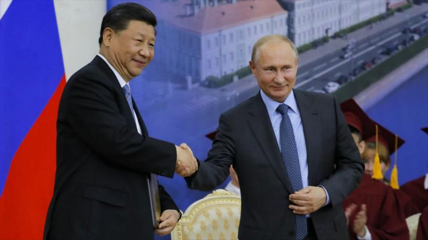 El presidente de China, Xi Jinping, (izq.) y su par ruso, Vladímir Putin, San Petersburgo, 6 de junio de 2019. (Foto: AFP)