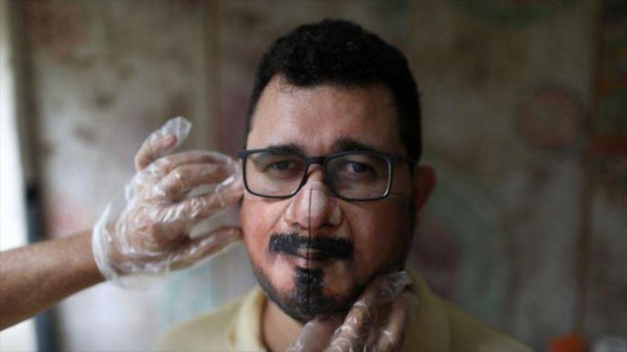Un artista pinta mascarillas con rostros durante la COVID-19   HISPANTV