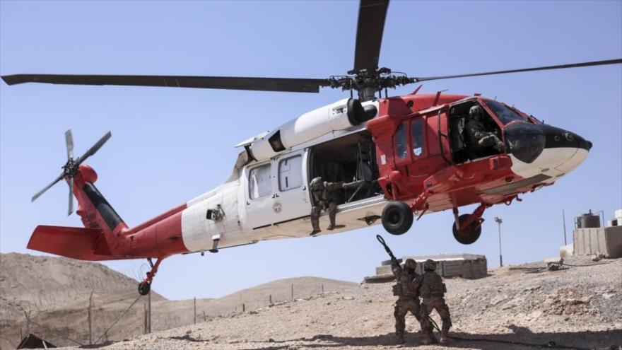 Un helicóptero de la fuerza multinacional MFO realiza una maniobra de aterrizaje en la península del Sinaí en Egipto.