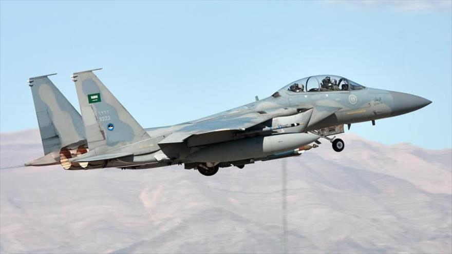 Un F-15 de la Fuerza Aérea saudí de fabricación estadounidense en pleno vuelo.