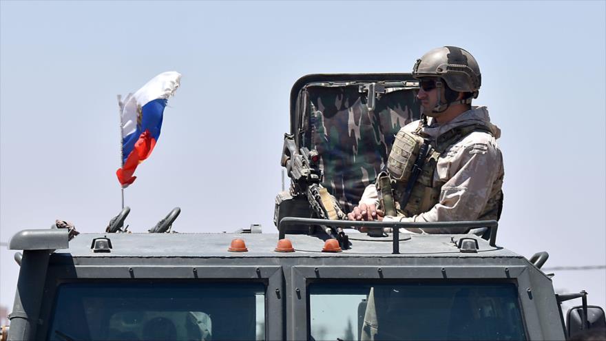 Un soldado ruso vigila un puesto de control en la localidad de Bosra en la provincia siria de Daraa, 11 de julio de 2018. (Foto: AFP)