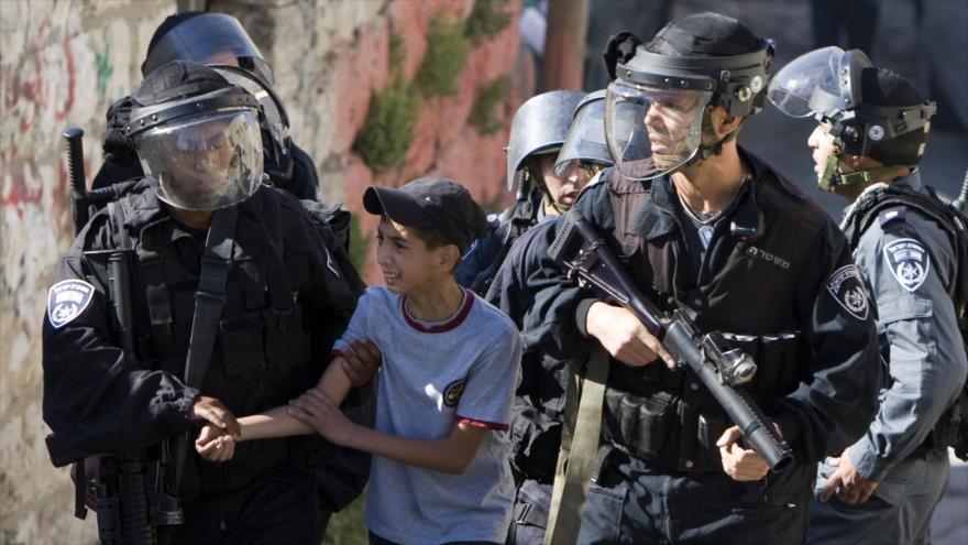 Fuerzas israelíes detienen a un menor de edad palestino en Cisjordania.