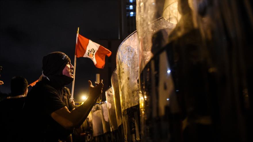 Vean cómo la Policía peruana reprime brutalmente a manifestantes | HISPANTV