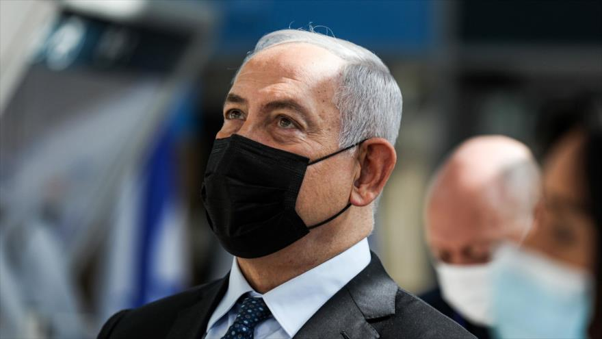 El primer ministro israelí, Benjamín Netanyahu, asiste con mascarilla facial a un evento en el aeropuerto internacional Ben Gurión, 9 de noviembre de 2020. (Foto: AFP)