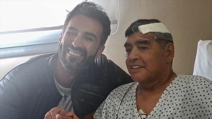 La leyenda del fútbol argentino Diego Maradona (dcha.) y su médico Leopoldo Luque en Olivos, provincia de Buenos Aires, 11 de noviembre de 2020. (Foto: AFP)