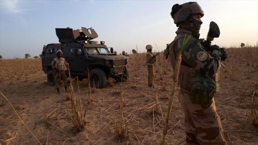 Un soldado del Ejército francés patrulla una zona rural en una operación en el norte de Burkina Faso, 9 de noviembre de 2019. (Foto: AFP)