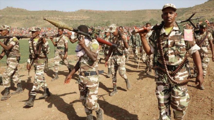 Fuerzas del Frente de Liberación del Pueblo de Tigray (TPLF) participan en una marcha militar organizada en esta región en el norte de Etiopía.