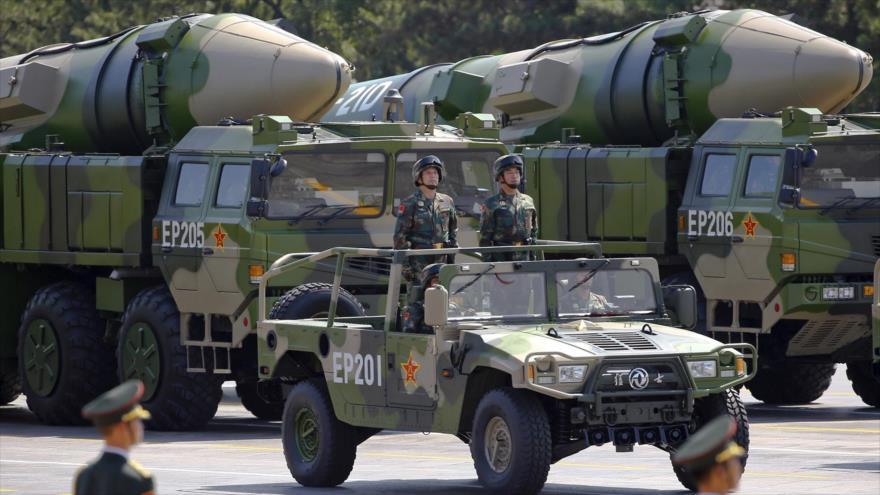 Vehículos militares transportan misiles DF-21D en un desfile militar en China.