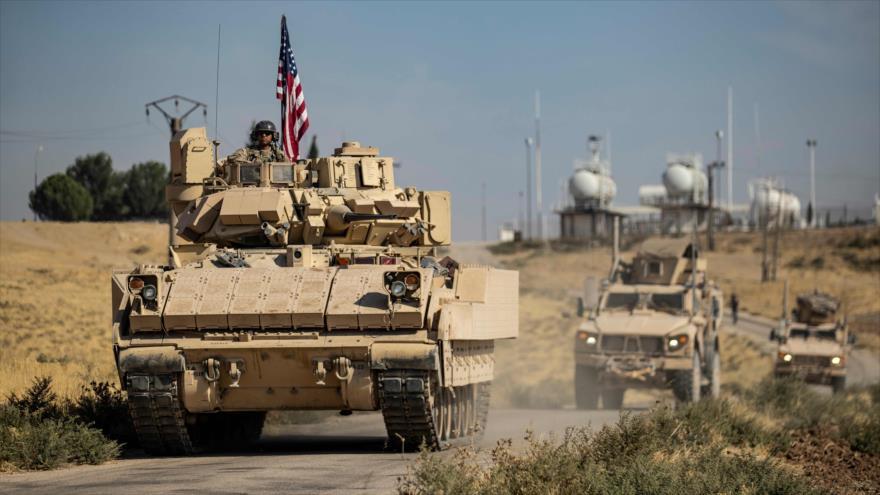 Un convoy estadounidense desplegado cerca de un campo petrolero en la ciudad de Al-Malikiya, en la provincia siria de Al-Hasaka, 27 de octubre de 2020. (Foto: AFP)