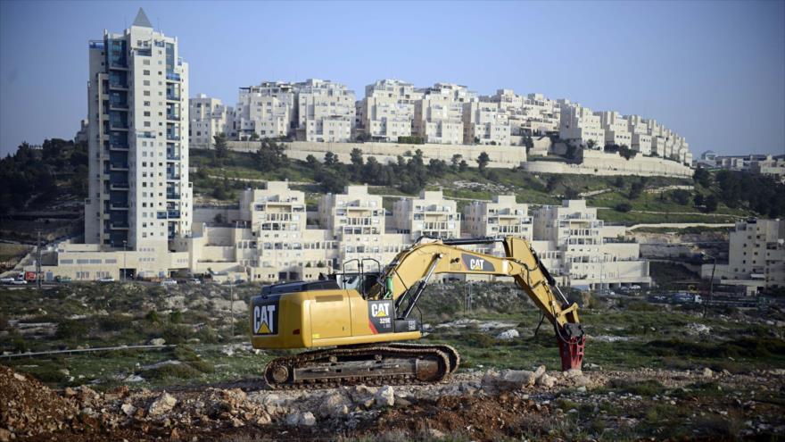 Una excavadora israelí prepara una zona en el este de Al-Quds (Jerusalén) para construir asentamientos ilegales.