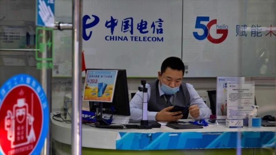 Un hombre trabaja en una oficina de China Telecom en Shanghai. (Foto: EFE)