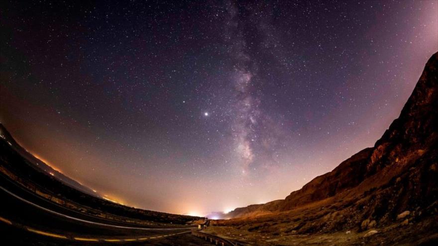 Una vista de la galaxia de la Vía Láctea desde la ocupada Cisjordania, 20 de agosto de 2020. (Foto: AFP)