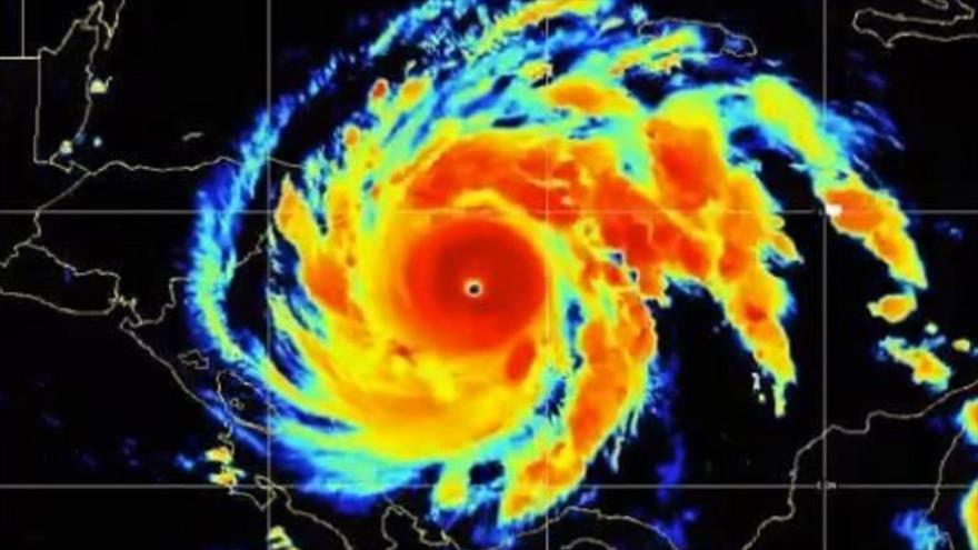 Imagen que compartió el Centro Nacional de Huracanes sobre el avance del Huracán Iota hacia Centroamérica, y que podría elevarse a categoría 5.