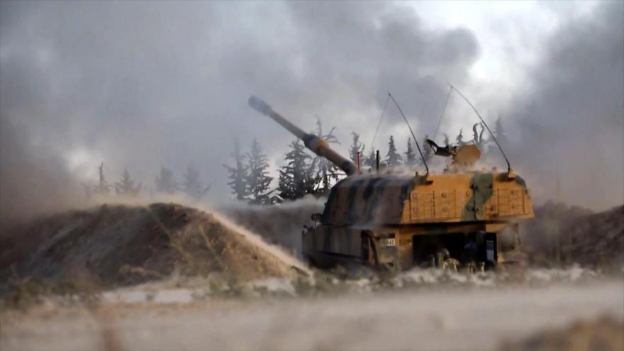Artillería autopropulsada turca dispara contra posiciones del Ejército sirio en Idlib, 28 de febrero de 2020. (Foto: AFP)