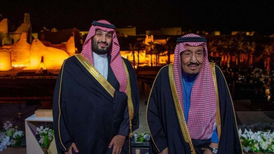 El rey saudí Salman bin Abdulaziz Al Saud y su hijo Muhamad bin Salman en un evento en Riad, la capital.