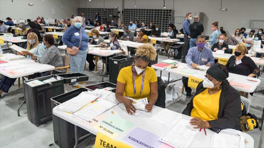 Trabajadores electorales de Gwinett, Georgia, manejan las papeletas como parte del recuento de votos, 16 de noviembre de 2020. (Foto: AFP)