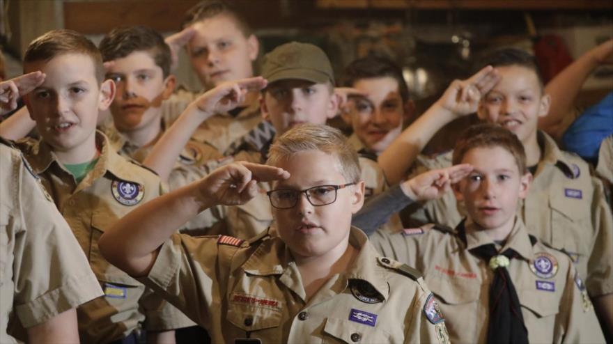 Una tropa de 'boy scouts' saluda durante una reunión, Kaysville, Utah, 12 de diciembre de 2019.