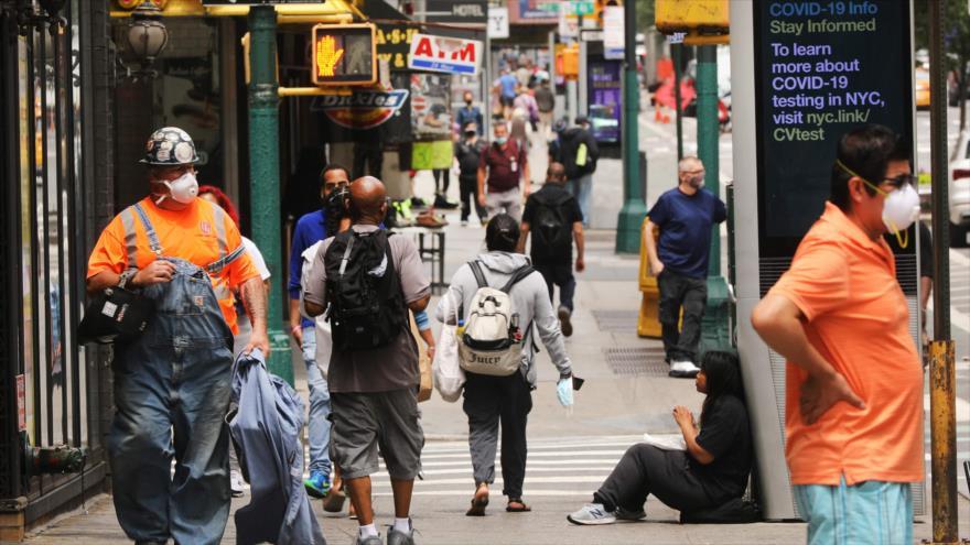La gente camina en las calles del distrito de Manhattan en Nueva York (EE.UU.), 8 de octubre de 2020. (Foto: AFP)