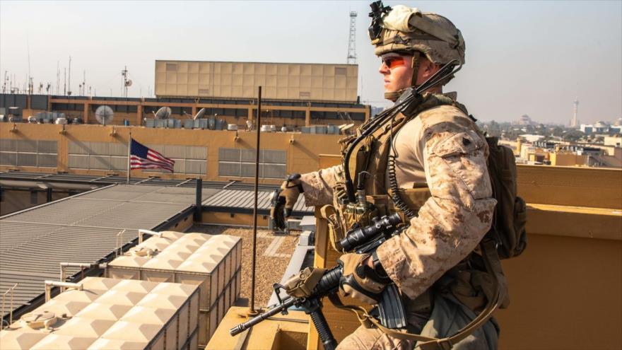 Un militar estadounidense vigila en el techo de la embajada de EE.UU. en Bagdad, capital de Irak, 3 de enero de 2020. (Foto: AFP)