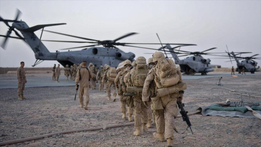 Militares estadounidenses caminan hacia helicópteros durante una operación en la provincia afgana de Helmand, 2 de julio de 2009 (Foto: AFP)