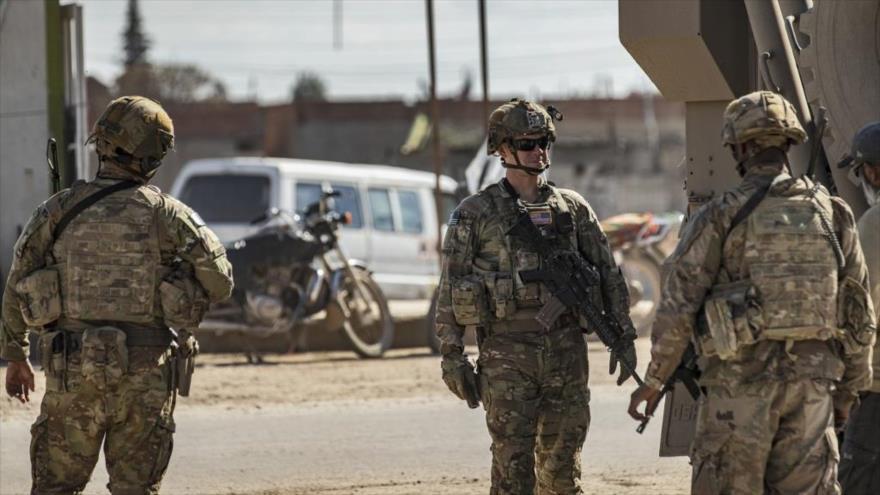 Soldados estadounidenses junto a un vehículo blindado militar en la ciudad de Tal Tamer al noreste de Siria, el 3 de marzo de 2020. (Foto: AFP)