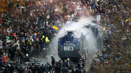"""Policía alemana dispersa manifestación """"antimascarillas"""" en Berlín"""