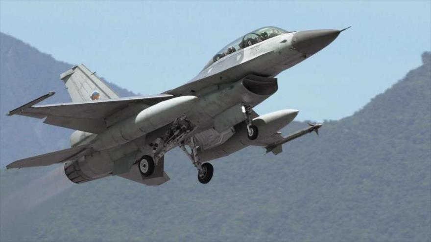 Un avión de combate F-16 despega de la base aérea de Hualien, en el este de Taiwán en 2004. (Foto: AFP)