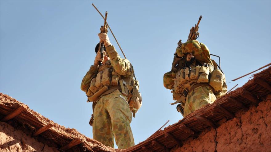 Fuerzas especiales australianas monitorean una zona montañosa durante una operación en el sur de Afganistán.