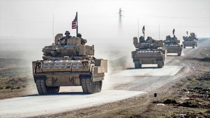 Un convoy de EE.UU. patrulla cerca de la aldea de Tal Alo, en la región de Al-Yarubia, sita en la provincia siria de Al-Hasaka, 18 de noviembre de 2020. (Foto: AFP)