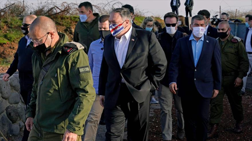 El secretario de Estado de EE.UU., Mike Pompeo (c) en los altos del Golán sirios anexados por Israel, 19 de noviembre de 2020. (Foto: AFP)